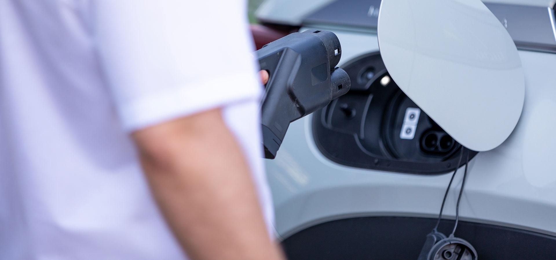 Hybrid- und E-Autos laden