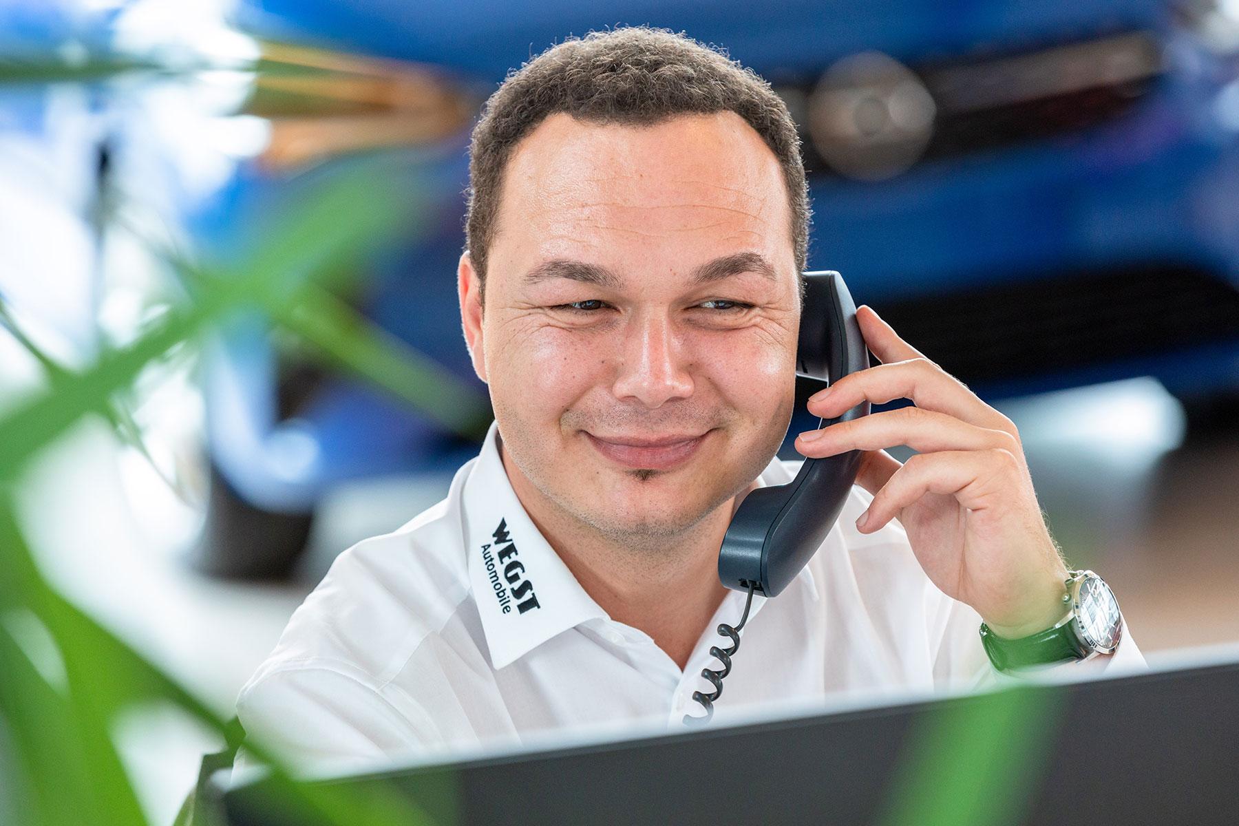 Mitarbeiter bei der Beratung im Service von Wegst Automobile